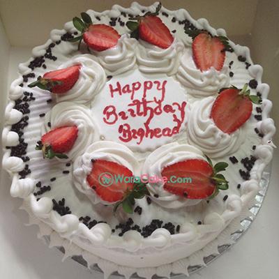 white berries cream cake